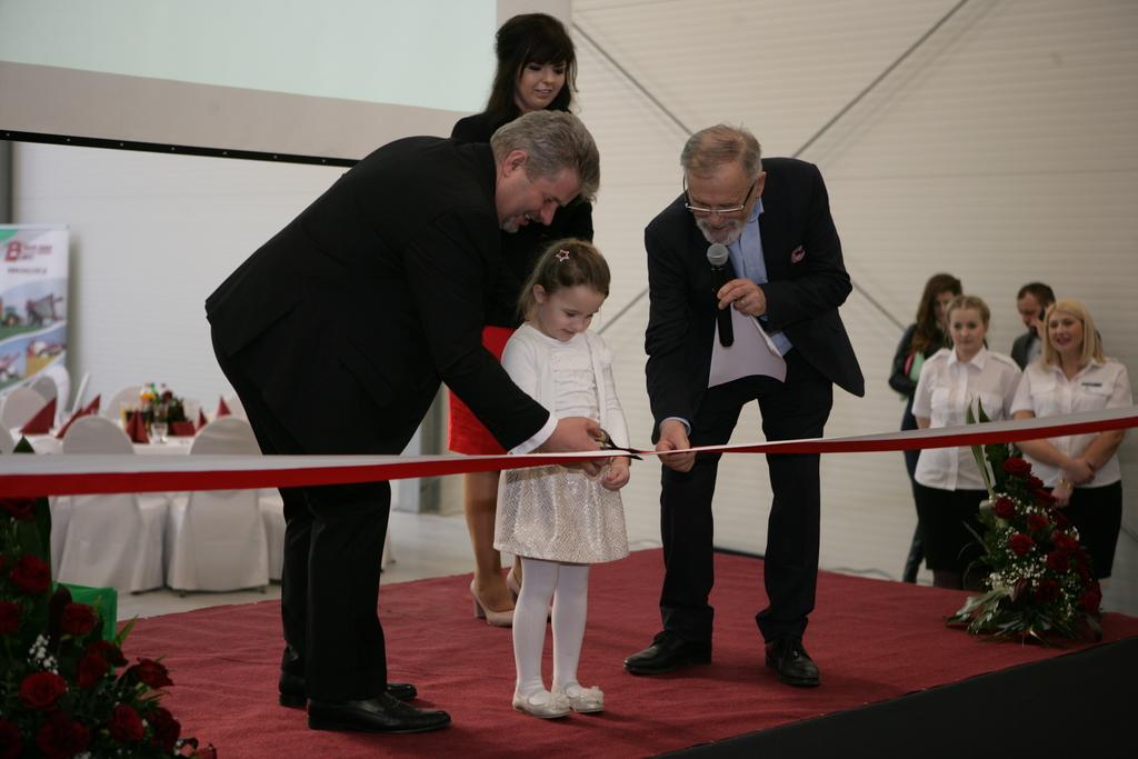 Przecięcia wstęgi dokonała wnuczka Wojciecha Burego - Anastazja.