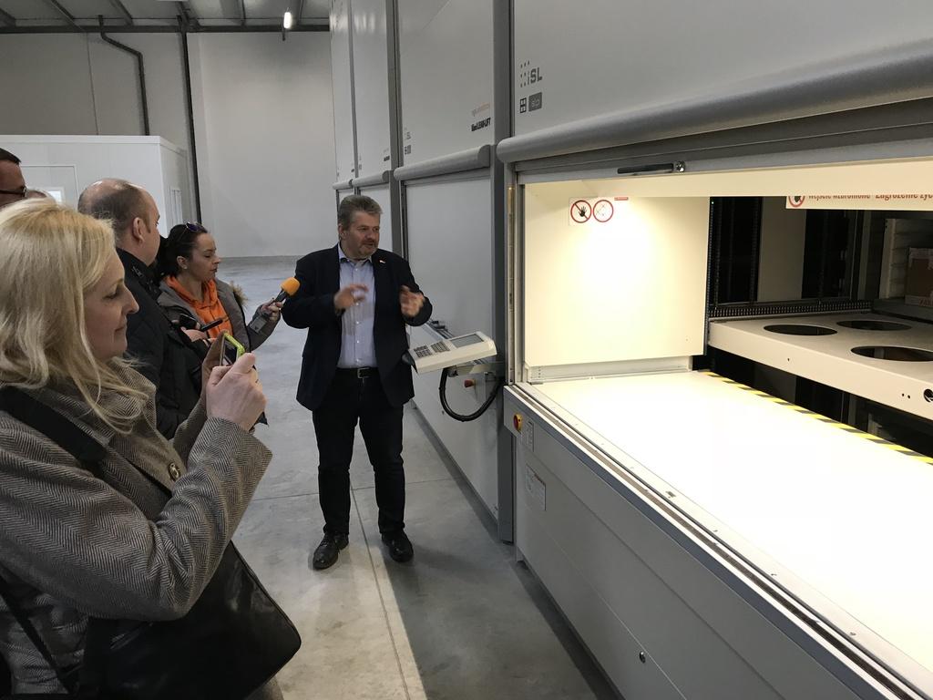 Wojciech Bury prezentuje zautomatyzowany system podajników magazynowych.